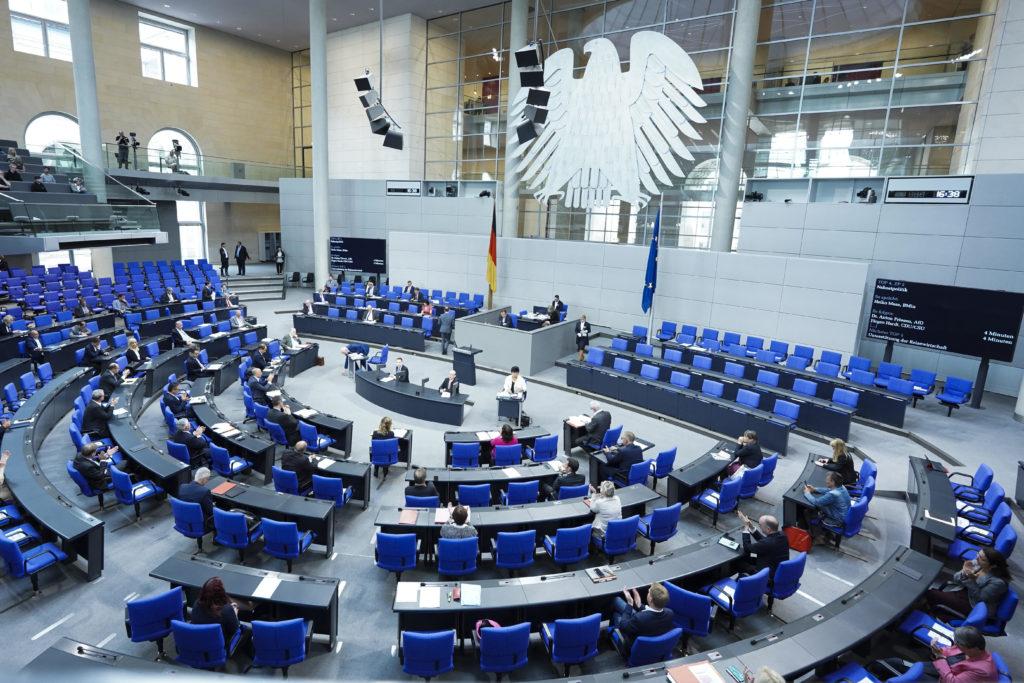 Plenarsaal des Deutschen Bundestags im Reichstag während einer Debatte