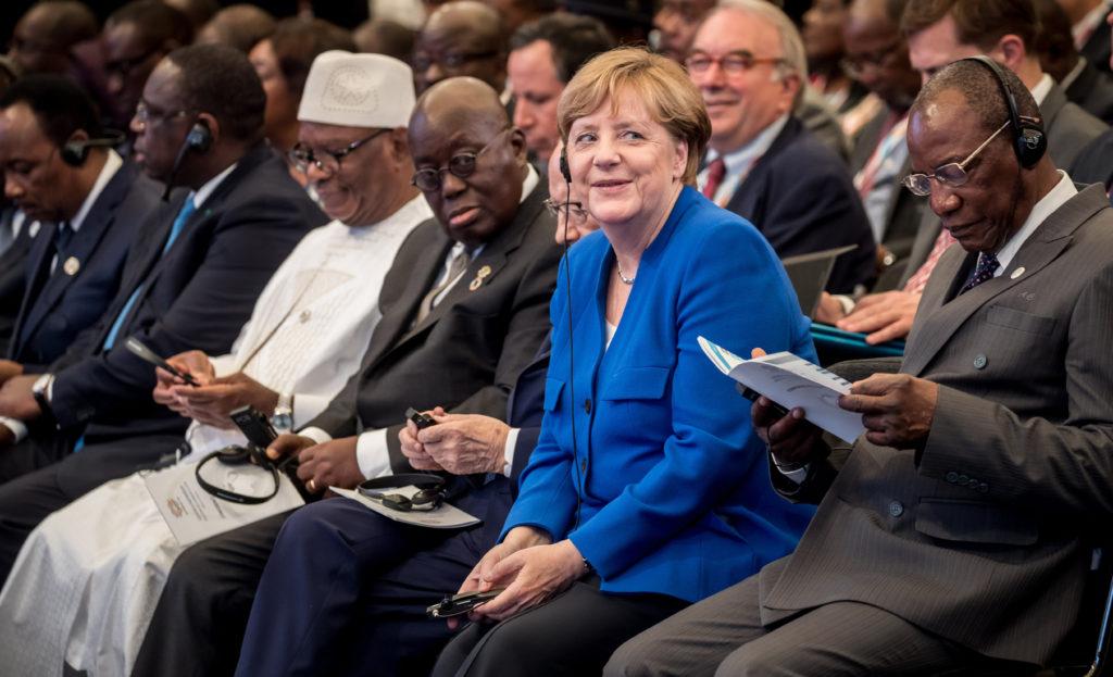 Bundeskanzlerin Angela Merkel sitzt neben dem Vorsitzenden der Afrikanischen Union, Guineas Staatspräsident Alpha Condé bei der Eröffnung der G20 Afrika-Partnerschaftskonferenz.