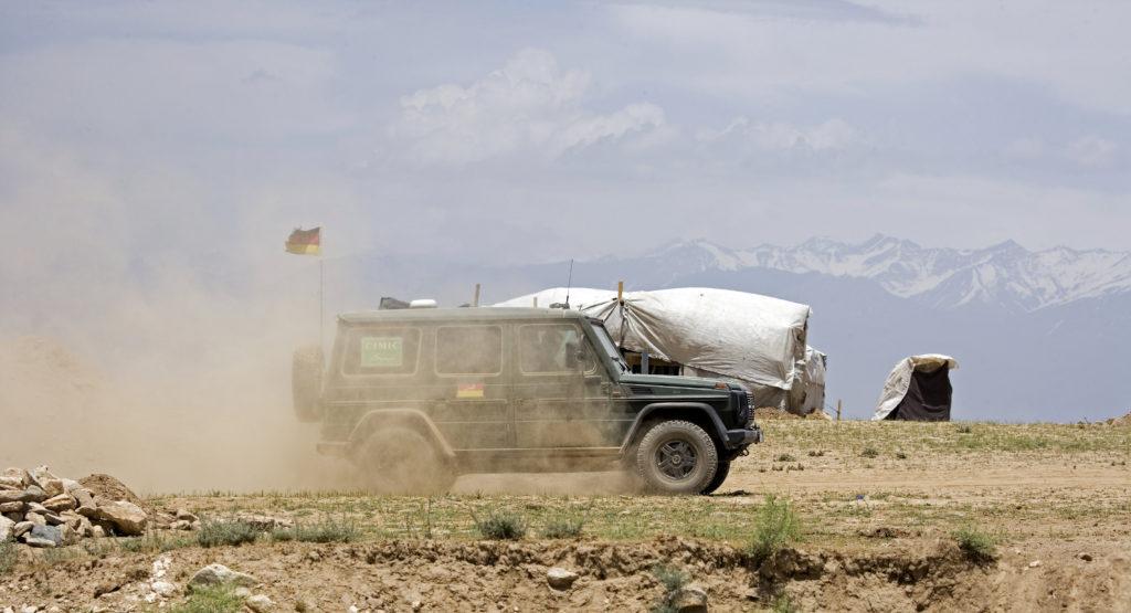 Ein Jeep der Bundeswehr fährt durch das Flüchtlingscamp Bareik in Kabul, Afghanistan.