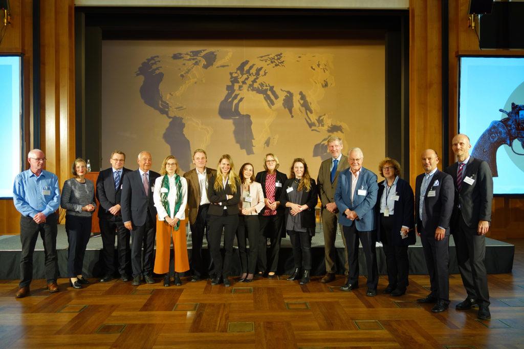 Die Mitglieder des Beirats Zivile Krisenprävention stehen im Weltsaal des Auswärtigen Amts